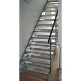 Escalier métal marches antidérapantes